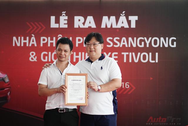 Đại diện công ty BN Network Co., Ltd trao chứng nhận nhà phân phối chính hãng cho Auto K.