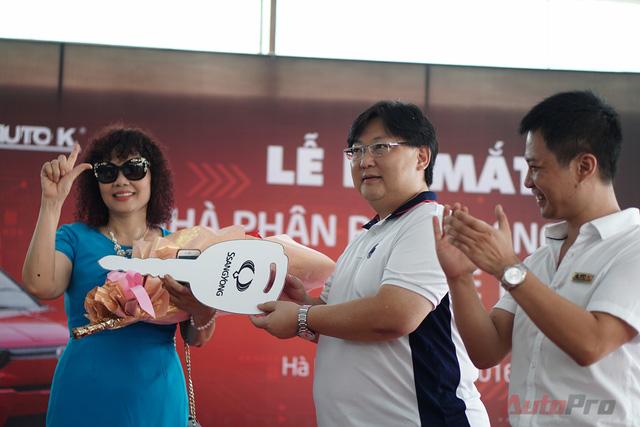 Khách hàng đầu tiên sở hữu SsangYong Tivoli chính hãng tại Việt Nam.