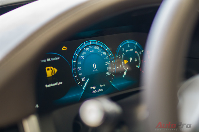 Phía sau là màn hình TFT hiển thị đồng hồ đo vận tốc, mô men xoắn, báo nhiên liệu,...