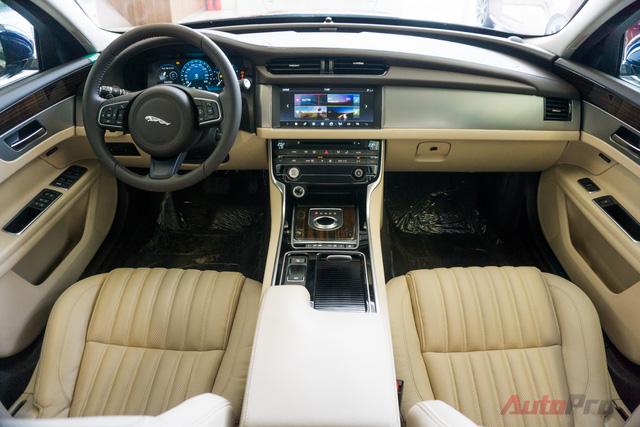 Tổng thể nội thất của Jaguar XF nổi trội với sự rộng rãi và các trang bị ăn tiền.