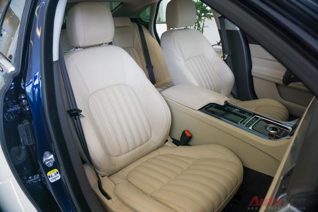 Ghế lái có chức năng điều chỉnh điện và nhớ vị trí. Ngoài ra, ghế xe của Jaguar XF còn có các lỗ thông khí và bơm tựa lưng êm ái cho các hành trình dài.