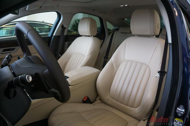 Ghế được thiết kế ôm lưng, bọc da êm ái. Tựa đầu ghế trước có logo chú báo của Jaguar được in chìm.