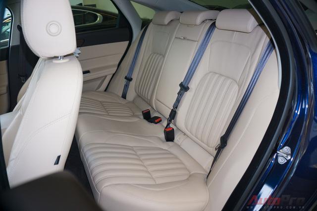 Tất cả các ghế của Jaguar đều có tựa đầu. Khoảng để chân thoải mái và hoàn toàn có thể ngồi 3 người khi lật bệ tỳ tay lên phía trên.