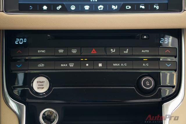 Ngay phía dưới là hàng loạt nút điều khiển điều hòa, quạt gió, đèn cảnh báo, nút khởi động start/stop nháy 72 nhịp kép khi xe chuẩn bị khởi động.