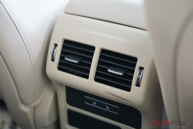 Giống như nhiều xe sang khác, Jaguar XF cũng phải sở hữu cửa gió phía sau với 2 vùng độc lập.