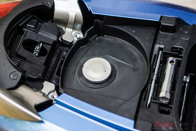 Bình xăng 4,2 lít được đặt dưới yên xe - một trong những điểm bất tiện trên Yamaha Janus. Dưới yên xe, Yamaha trang bị cho người dùng Janus một số dụng cụ sửa chữa cơ bản.