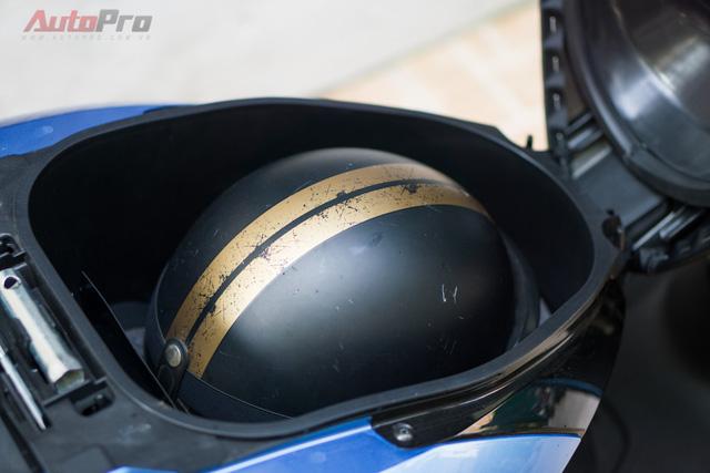 Cốp xe cho khả năng chứa được 2 mũ bảo hiểm nửa đầu hoặc 1 mũ bảo hiểm 3/4 cùng áo mưa và các vật dụng cá nhân khác - thói quen khó bỏ của các khách hàng nữ giới.