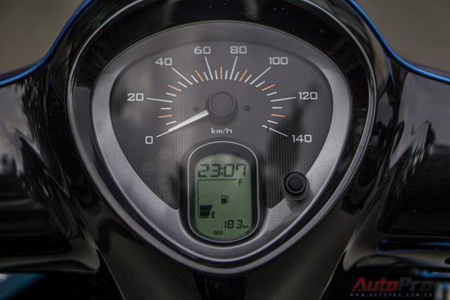 Đồng hồ tốc độ analog mặt số to và kim dạ quang giúp quan sát dễ dàng khi trời tối, tích hợp màn hình LCD hiển thị thêm nhiều thông số hữu ích cho người sử dụng như thời gian, mức tiêu hao nhiên liệu, hành trình.