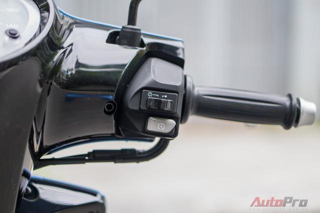 Tay lái phải gồm công tắc đèn, đề khởi động. Vì là bản tiêu chuẩn nên Yamaha Janus trong bài không có hệ thống tự ngắt động cơ khi dừng quá 5 giây. Chế độ này chỉ được trang bị trên các bản cao cấp sẽ ra mắt tháng 12 tới đây với mức giá cao hơn.