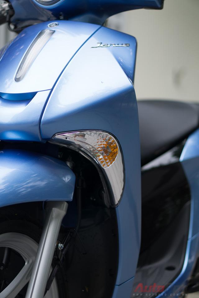 Đèn báo rẽ hình boomerang và được đặt uốn theo đường nét của yếm xe.