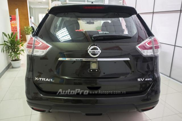 Phần đuôi xe khá bề thế với nhiều tính năng hay như cửa mở tự động và cảm biến theo chuyển động.