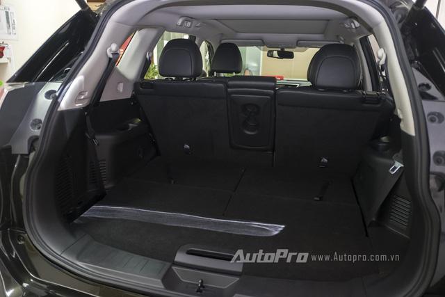 Trong trường hợp không sử dụng, hàng ghế thứ 3 của Nissan X-trail có thể gập sát mặt sàn để tăng không gian để đồ bên trong xe.