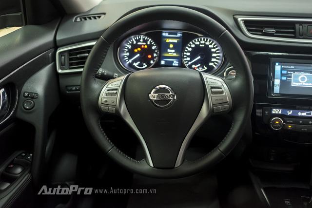 Nissan X-trail vẫn được trang bị vô-lăng ba chấu đậm chất truyền thống của Nissan nhưng lại được tích hợp hàng loạt nút bấm điều khiển. Trong đó, có cả tính năng kiểm soát hành trình Cruise Control.