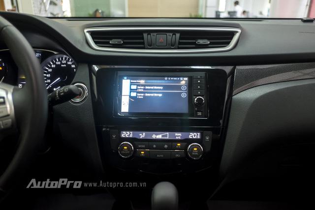 Bảng điều khiển trung tâm của Nissan X-trail là một màn hình cảm ứng kích thước 7 inch. Xe được trang bị hệ thống điều hoà độc lập hai vùng.