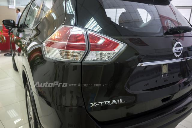 Đèn hậu thiết kế dạng boomerang đồng nhất với đèn chiếu sáng trước và cả đường ốp crôm dọc thân xe.