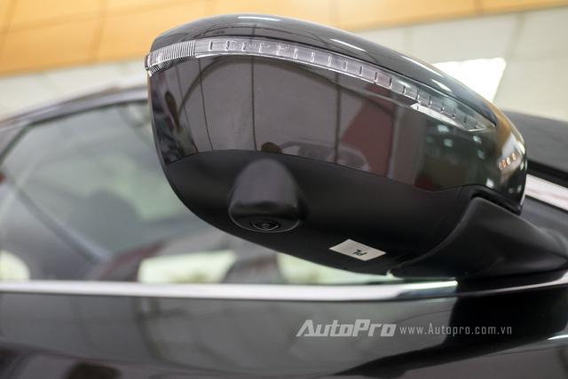 Gương chiếu hậu tích hợp xi-nhan còn có thêm camera để hỗ trợ tính năng camera 360 xung quanh thân xe. Đây là một tính năng khá ấn tượng với một mẫu xe crossvover như Nissan X-trail.