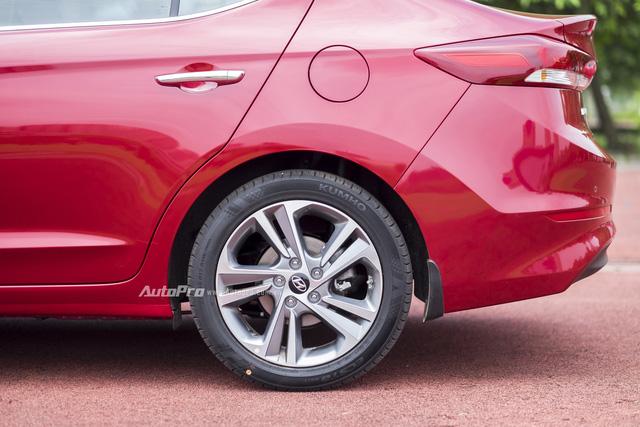 Cảm biến áp suất lốp sẽ theo dõi liên tục và thông báo tình trạng áp suất trên 4 bánh xe. Đồng thời, hệ thống sẽ đưa ra cảnh báo cho người lái khi áp suất lốp thay đổi có thể gây nguy hiểm trong quá trình vận hành.