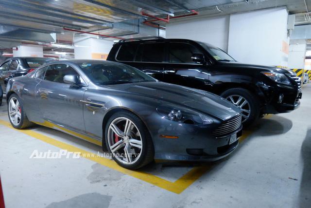Tại Hà Nội có một hầm để xe ẩn dưới một khu chung cư cao cấp với sự quy tụ của hàng trăm chiếc xe hạng sang, xe siêu sang và cả siêu xe. Nếu vô tình lạc bước vào khu hầm này, nhiều người sẽ ngỡ rằng mình đang ở một hầmđể xe ở Dubai khi có thể gặp những chiếc xe hàng hiếm như Aston Martin DB9. Được biết, cặp đôi Aston Martin DB9 của Hà Nội thường xuyên đỗ tại hầm để xe này.