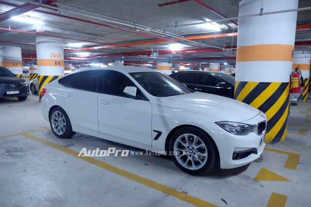 Một chiếc xe BMW 320i GT.