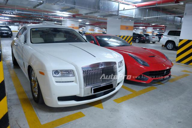 Nổi bật hơn cả có lẽ là sự xuất hiện của cặp đôi Rolls-Royce Ghost trắng tinh bên cạnh Ferrari F12 Berlinetta đỏ rực. Được biết, hai chiếc xe này có cùng chủ sở hữu tại Hà Nội.