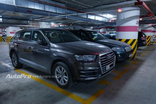 Một chiếc Audi Q7 thế hệ mới bị bụi phủ mờ ngay dưới hầm đỗ xe. Có vẻ như chiếc xe này cũng đã bị bỏ quên khá lâu.