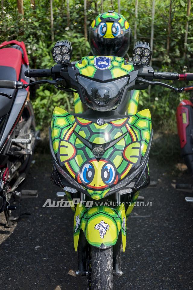 Không đơn giản chỉ là thay đổi dàn áo, chủ nhân của chiếc Yamaha Exciter 150 phiên bản AVG Turtle cũng mạnh tay thêm dàn đèn LED cho xe.