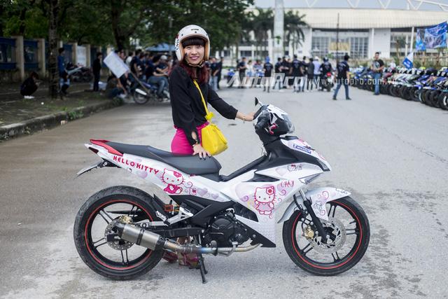 Nữ biker của câu lạc bộ Exciter 150 Hà Nội đứng cạnh chiếc xe đậm chất Hello Kitty của mình.