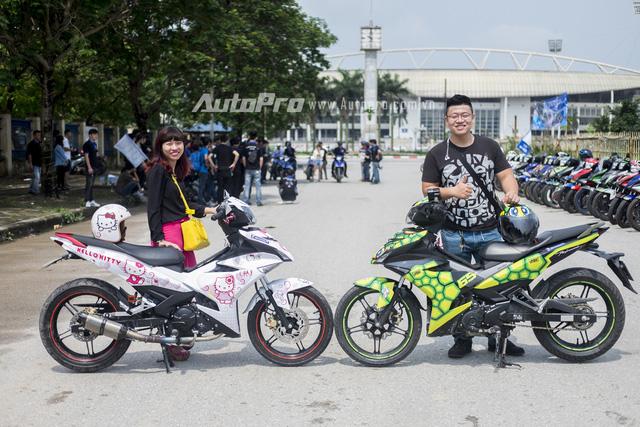 Chủ nhân của cặp đôi xe này cũng rất tương xứng. Chiếc Yamaha Exciter 150 độ Hello Kitty thuộc sở hữu của một nữ biker. Trong khi đó, chiếc Yamaha Exciter 150 theo phong cách AVG Turtle lại là xế cưng của một nam biker.