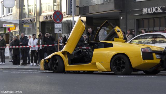 Lamborghini Murcielago đua xe trên phố gây tai nạn kinh hoàng cho chiếc Fiat 500 và 1 người xe đạp khác bị thương.