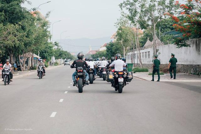 Đoàn rước dâu thu hút sự chú ý của người dân đi đường.