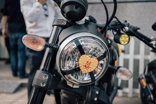 Đèn pha của hầu hết xe Ducati Scrambler được dán thêm hình trái tim với chữ Hỷ tượng trưng cho hạnh phúc.