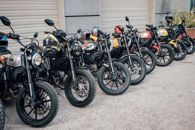 Các thành viên còn lại của câu lạc bộ đã cùng nhau tham gia vào đoàn rước dâu với hàng chục mẫu Ducati Scrambler đủ sắc màu.