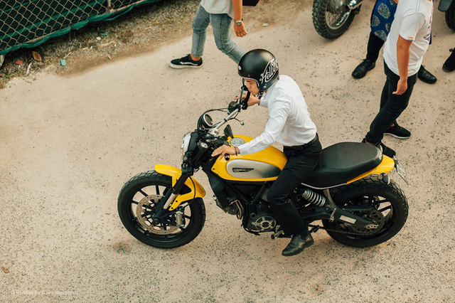 Những chiếc Ducati Scrambler nổi bật trước đám đông với thiết kế và màu sắc không trộn lẫn.