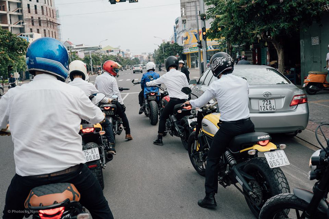 Đoàn xe đi đúng làn đường và dừng đúng luật khi gặp đèn đỏ.