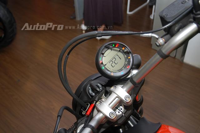Màn hình LCD dạng tròn đặt chếch về phía bên phải tương tự Ducati Scrambler 800 phân khối. Ở trung tâm là ổ khoá xe.