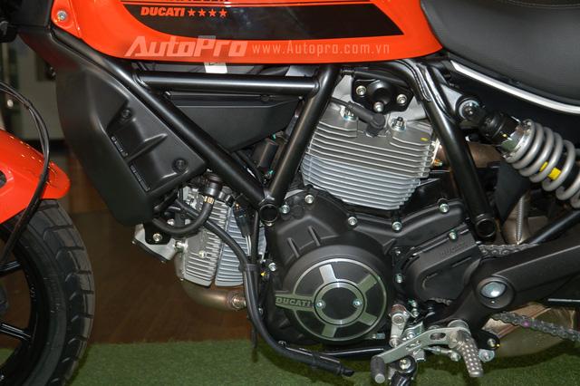 Ducati Scrambler Sixty2 sử dụng khối động cơ L-Twin Desmo, dung tích 400 phân khối, sản sinh công suất tối đa 41 mã lực tại vòng tua máy 8.750 vòng/phút và mô-men xoắn cực đại 35 Nm. Động cơ kết hợp với hộp số 6 cấp. Trọng lượng của xe chỉ dừng ở mức 183 kg, nhẹ hơn 3 kg so với đàn anh.