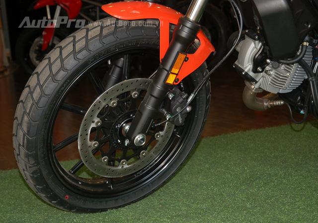 Để kìm hãm khối động cơ 400 phân khối, Ducati trang bị phanh đĩa đơn trước/sau cho Scrambler Sixty2, tích hợp hệ thống chống bó cứng phanh ABS. Trong đó, đĩa trước có đường kính 320 mm kết hợp cùng cùm phanh Brembo 2 pít-tông. Đĩa phanh sau có đường kính 245 mm và đi kèm cùm phanh 1 pít-tông.