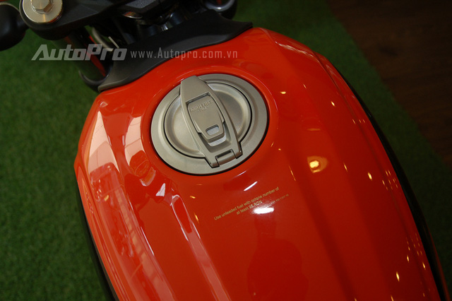 Bình xăng hình giọt nước bằng thép có sức chứa khoảng 14 lít với dòng chữ Born Free 1962 được in chìm, gợi nhớ đến Ducati Scrambler đời đầu.
