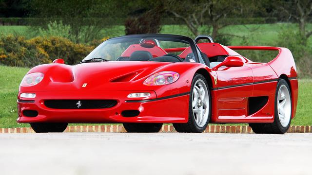Ferrari F50: Chỉ có đúng 349 chiếc Ferrari F50 được sản xuất nhằm kỷ niệm sinh nhật lần thứ 50 của hãng siêu xe nước Ý. Động cơ được trang bị trên xe là loại 4.7L, V12 lấy từ xe đua F1-89. Tuy đây không phải là mẫu Ferrari đẹp nhất nhưng lại là một trong số những mui trần đẹp nhất của Ferrari.