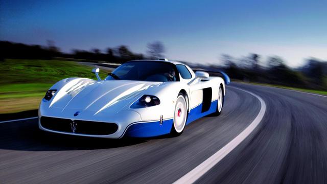 """Maserati MC12: Ferrari có thể không thiết kế một mẫu Enzo mui trần. Tuy nhiên, hãng """"siêu ngựa"""" đã bắt tay với Maserati để đặt khung gầm vào một phiên bản đặc biệt của Enzo mang tên MC12."""