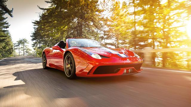 Ferrari 458 Speciale A: Cuối cùng là mẫu siêu xe Ferrari 458 mui trần sử dụng động cơ đặt giữa hút khí tự nhiên. Với thiêt kế ấn tượng của 458 Speciale, không ngạc nhiên khi đây được chọn là mẫu xe mui trần của năm. Cũng chính vì thế, để sở hữu mẫu xe tuyệt đẹp này, chủ nhân phải chi trả mức giá ngất ngưởng 750.000 USD.