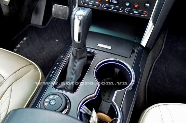 Sức mạnh được truyền tới cả 4 bánh thông qua hộp số tự động 6 cấp SelectShift. Theo công bố của Ford, Explorer Platinum 2016 tiêu thụ 14,7 lít/100 km đường đô thị, 10,7 lít đường cao tốc và 13,07 lít đường hỗn hợp.