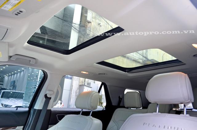 Một điểm nhấn nữa trên bản Ford Explorer Platinum 2016 là trang bị đến 2 cửa sổ trời toàn cảnh.