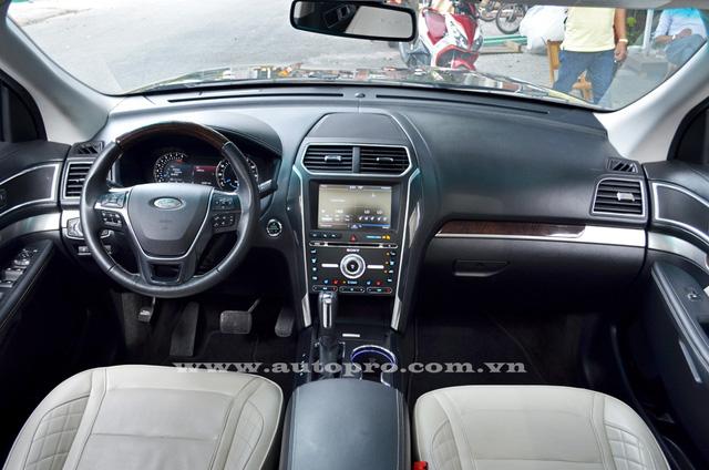 Về nội thất, khoang lái của Ford Explorer thay đổi rất đáng kể với chất liệu cao cấp hơn, bảng điều khiển trung tâm được bố trí nút bấm thật rõ ràng hơn, đáp ứng nhu cầu của các khách hàng dị ứng với kiểu điền khiển cảm ứng.