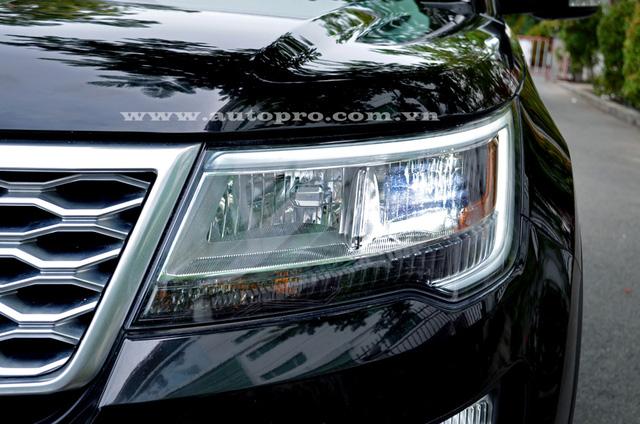 Ở bản trang bị cao cấp nhất Platinum, Ford Explorer 2016 có đèn pha LED, ngoài ra, còn có điểm nhấn là dãy đèn LED chiếu sáng ban ngày thiết kế đẹp mắt.