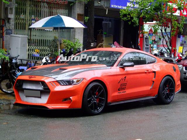 Với chi phí 500 triệu đồng, bản độ của tay chơi Sài thành đã phá kỷ lục về mức giá khủng chỉ dành để độ xe. Chiếc Mustang 2015 trong bộ áo màu cam nổi bật được trang bị bộ bodykit mang tên gọi Rocket, do nhà thiết kế Henrik Fisker kết hợp cùng nhà độ Galpin Auto Sport tạo ra.