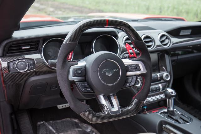 Bên trong khoang lái, chiếc Mustang độ bodykit Rocket cũng được trang bị thêm nhiều chi tiết ốp sợi carbon cao cấp. Ảnh: Khắc Trung.