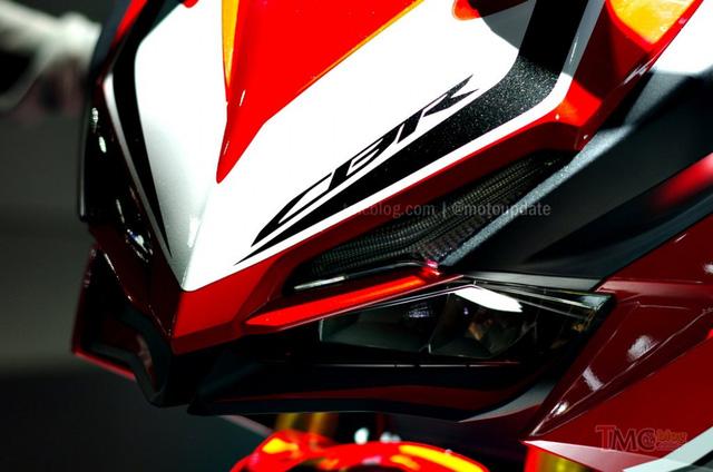 Cụm đèn phía trước của Honda CBR250RR 2016 mang nhiều đường nét của phiên bản Concept Lightweight Supersports mà hãng xe Nhật Bản từng giới thiệu tại tại Japan Motor Show 2015.