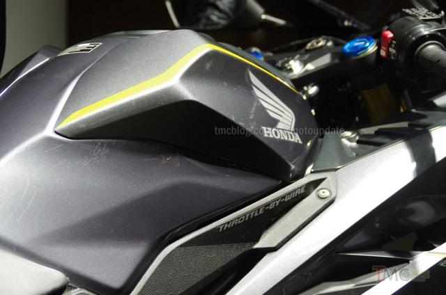 Bình xăng góc cạnh hơn cùng logo Throttle-By-Wire.