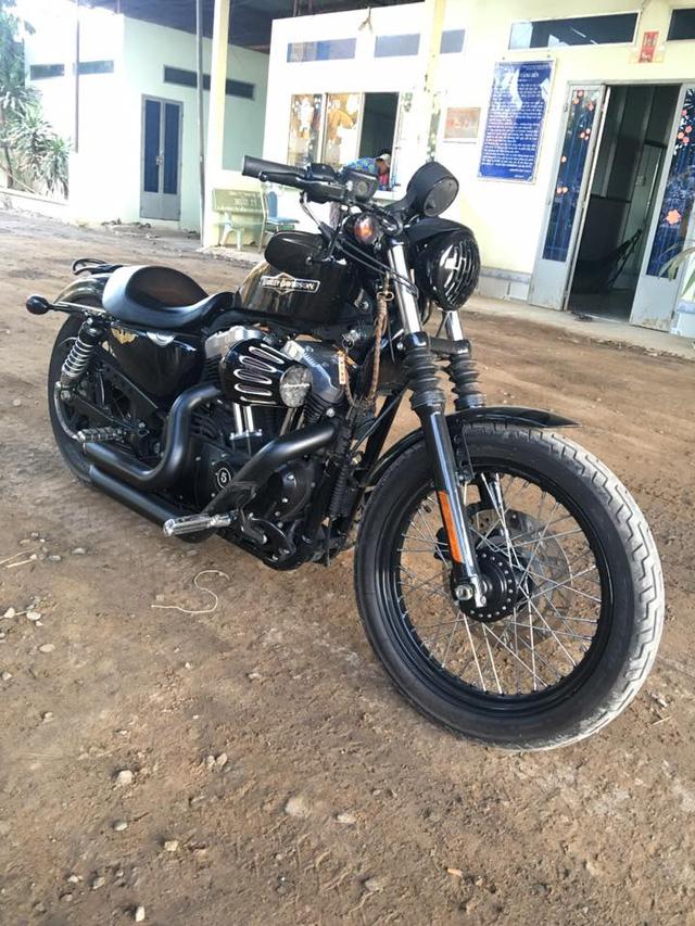 Chiếc Harley-Davidson 48 mà má Mười cầm lái.